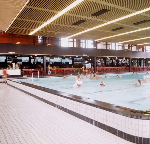 1971  Haarlem  zwembad De Planeet spiegelreliëf wand