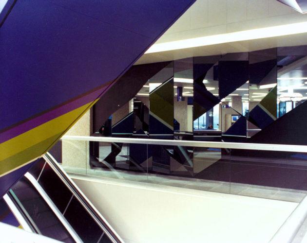 1974  Utrecht  hoofdkantoor AMEV spiegelreliëf wand en kleurontwerp roltrappen