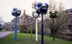 1975  Amsterdam  Leidsebosje tijdelijke opstelling kinetische objecten