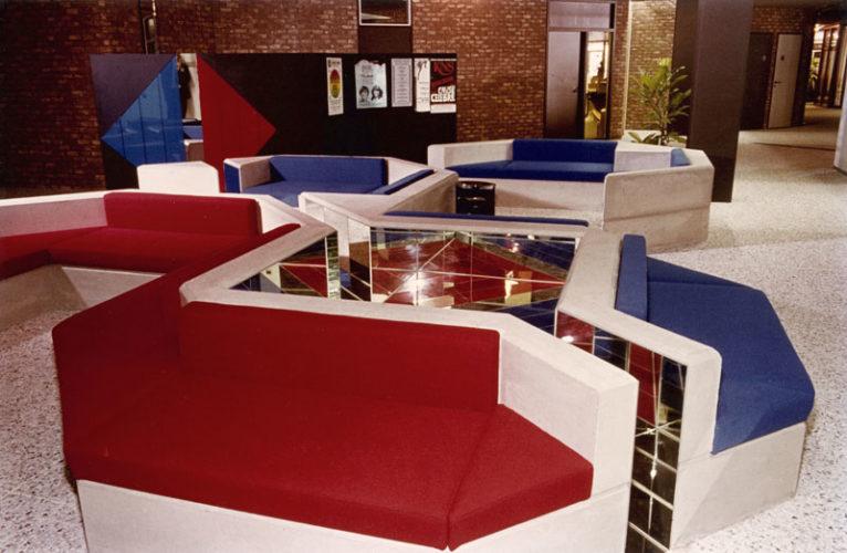 1980  Amstelveen Gemeentehuis wachtruimte met plexiglas kleur- en spiegelvlakken