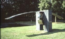 1982 Boogbalans sculptuur roestvrijstaal en hardsteen in de tuin van Sanguin Amsterdam