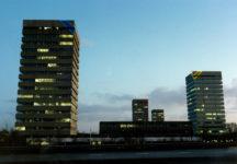 1984  Groningen Kantoortorens R.G.D. licht- en kleurvlakken op de hoeken van de gebouwen