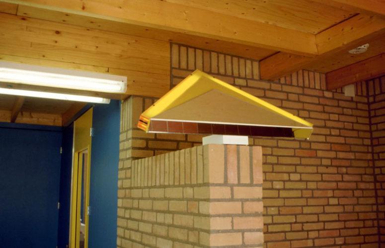 1984  Beverwijk  Montessori basisschool   licht- en kleurobjecten in de centrale ruimte