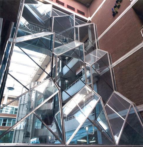 1985  Amsterdam  VU Medisch Centrum reliëfwand van glas en staal in de vide