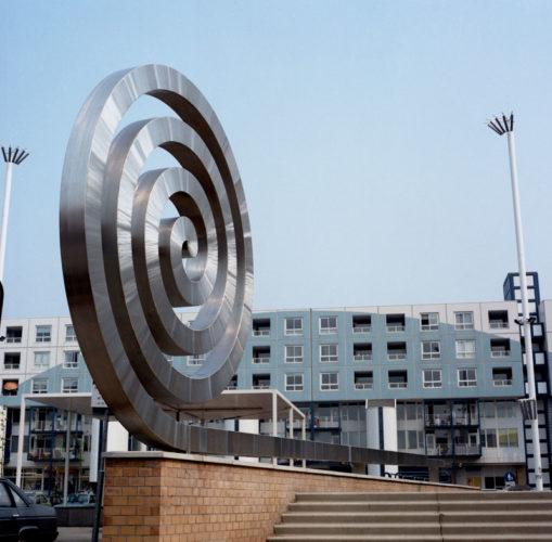 1985  Nieuwegein  Stadsplein  roestvrijstaalsculptuur De Krul