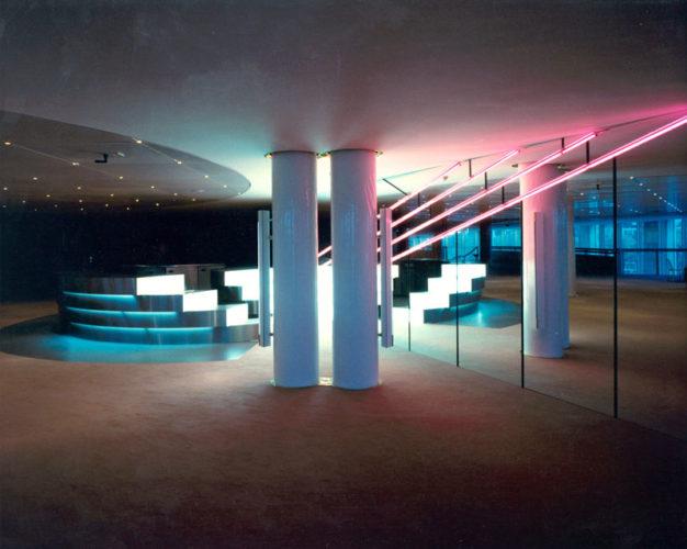 1986  Amsterdam Muziektheater spiegelwand met neonlicht en roestvrijstalen bar