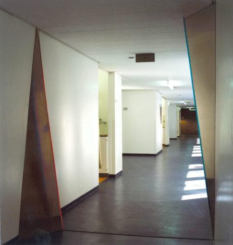 1986  Leiden Academisch Ziekenhuis  roestvrijstaal object met neonlicht