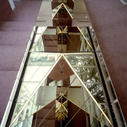 1986  Wassenaar  theaterfoyer object met spiegels en licht