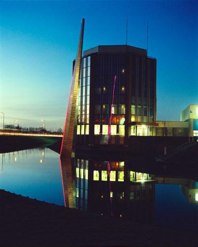 1987  Hoofddorp  Brandweer Haarlemmermeer roestvrijstaal sculptuur met neonlicht