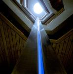 1987  Utrecht  Provinciehuis   kolomsculptuur met neonlicht  in het trappenhuis