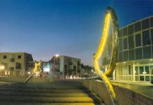 1988  Nieuwerkerk a.d. IJssel Stadhuisplein De Dialoog sculpturen met neonlicht