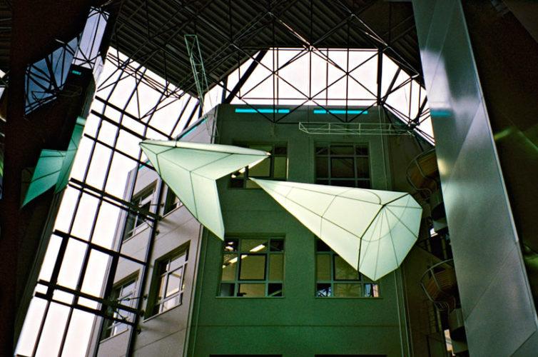 1989  Utrecht   hoofdkantoor WE International He and She lichtsculpturen in de centrale vide