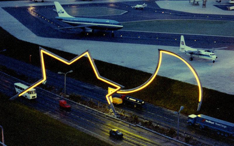 1989  Den Haag Madurodam tijdelijke opstelling sculptuur met neonlicht
