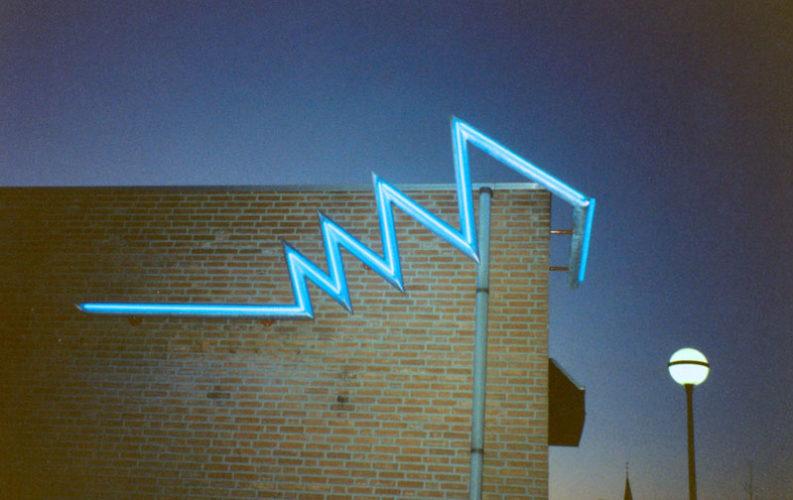 1990  Maartensdijk  gebouw De Vierstee  De Schicht neonlicht sculptuur
