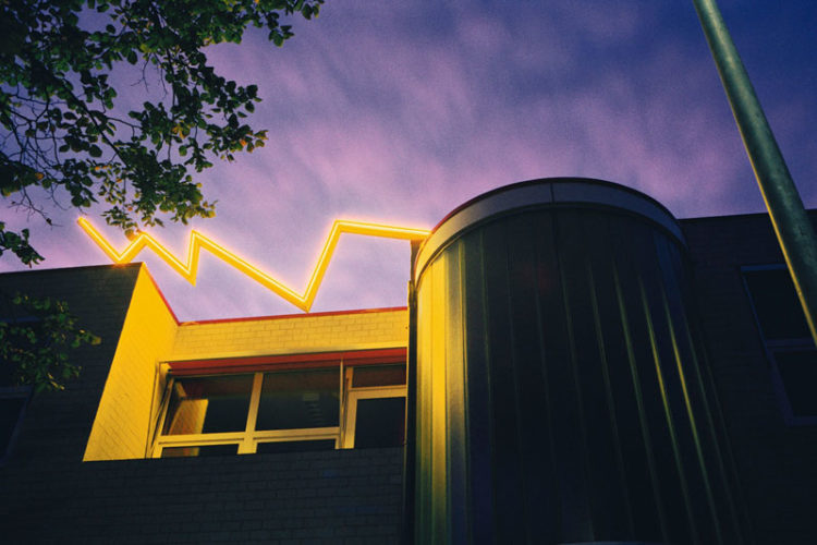 1991  Haarlem  basisschool De Cirkel  neonlicht sculptuur op het dak