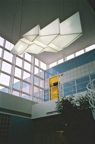 1992  Huizen  bedrijfsgebouw Provinciaal Waterleidingbedrijf Noord-Holland (PWN) lichtobjecten in de vide