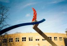 1993  Arnhem  bedrijfsgebouw N.V. Samenwerkende Electriciteits- Productiebedrijven (SEP)  Inter-action  gekleurd staalsculptuur op het parkeerdek