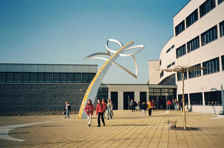 1995  Castricum  Jac.P. Thijsse College Butterfly Tree gekleurd staalsculptuur op het voorplein