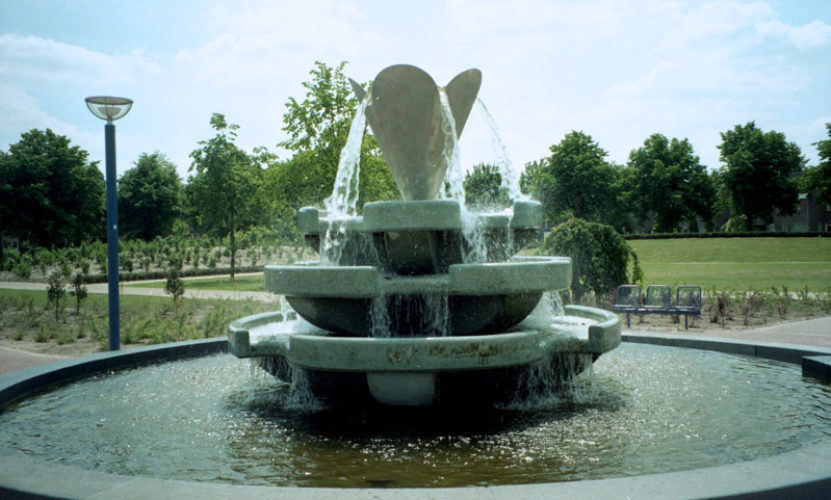 1995  Veldhoven Lotus fonteinsculptuur roestvrijstaal en gietbeton