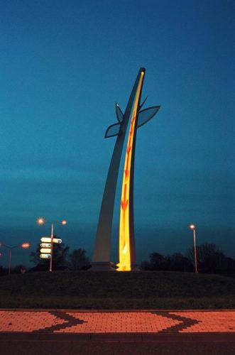 1996  Weert  Randweg Big Tree  gekleurd staalsculptuur met licht op de rotonde