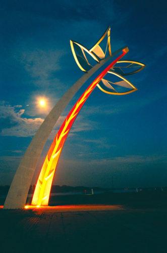 1997  Spijkenisse  Maasboulevard Sculptured Gateway  gekleurd staalsculptuur met licht