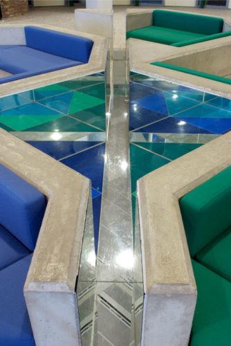 1998   Amstelveen  Gemeentehuis   renovatie wachtruimte uit 1980 met  spiegel- en kleurvlakken