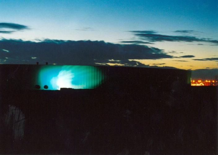 1999  Haarlemmermeer  pomp/distributiegebouw  Waterleiding bedrijf Noord-Holland (PWN) Light and Nature  computer gestuurd kleur- en lichtprojectie op de buitengevel