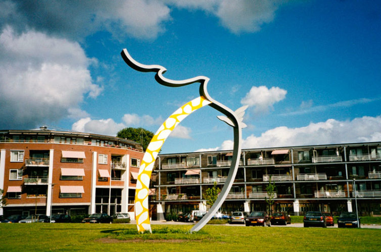 2002  Soest  bij het appartementencomplex Résidence Souveraine Eye-Bird Catcher  gekleurd staalsculptuur