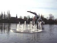 2003  Zoetermeer  ontwerp en  herplaatsing Interaction-new life roestvrijstaal sculpturen en fontein uit 1988  die op het Stadhuisplein stonden