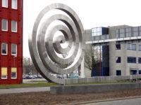 2013  Nieuwegein  Zuidstedeweg   ontwerp en herplaatsing van het Stadspleinsculptuur De Krul uit 1985