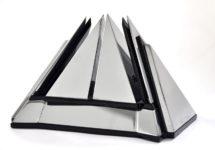 Piramide 1 kleinplastiek verchroomd messing en plexiglas