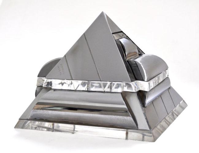 Piramide 2 kleinplastiek verchroomd messing en plexiglas