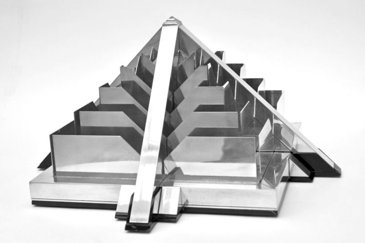Piramide 3 kleinplastiek aluminium en plexiglas