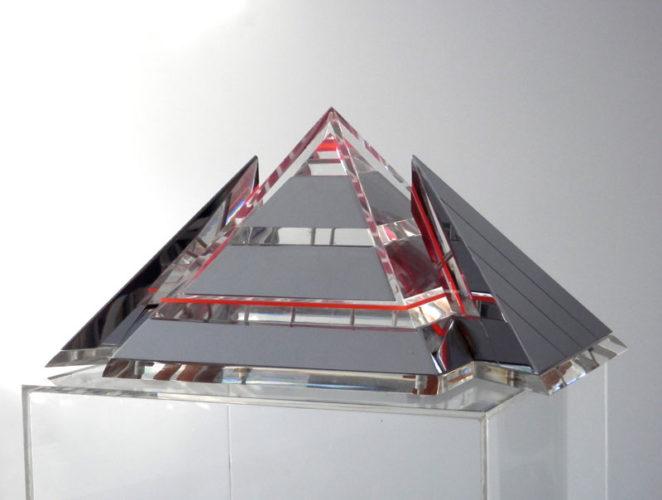 Piramide 5 kleinplastiek verchroomd messing en plexiglas