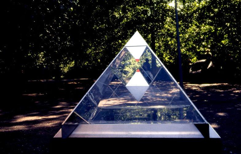 Piramide 9 roestvrijstaal sculptuur met spiegels en plexiglas